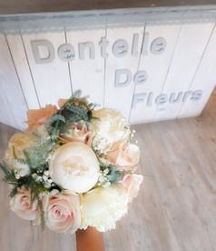 Bouquet de mariée rond avec pivoines et roses