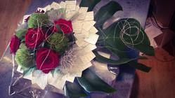 Bouquet rond avec sa base en page de liv