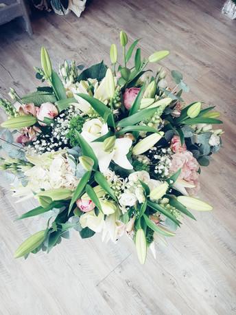 Bouquet de lys, hortensias, pivoines, ro