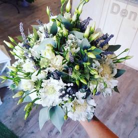 Bouquet de mariée avec scabiosa, lisianthus, lavande