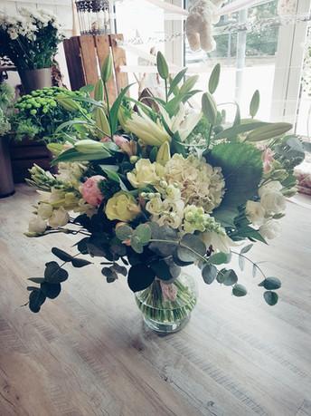 Bouquet avec lys, hortensias, roses, piv