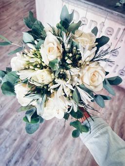 Bouquet de mariée avec agapanthes, roses blanches et eucalyptus