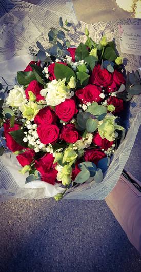 Bouquet de roses rouges et lisianthus bl