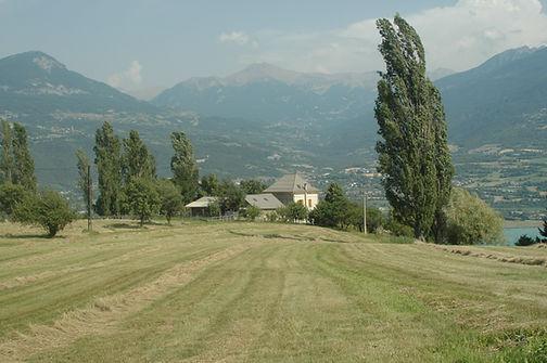 La vue de la maison depuis l'un des champs.