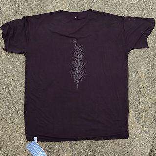 Oferecido nos tamanhos: P - M - G. (antigos M - U - XL respectivamente)  Estampa: cinza medio. Costas lisas.
