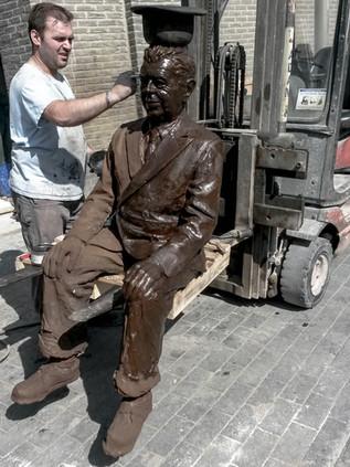 Statue de Magritte pour la ville de Lessines