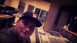 en el estudio con Jonny Lee Rosas