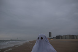 A ghost and the sea