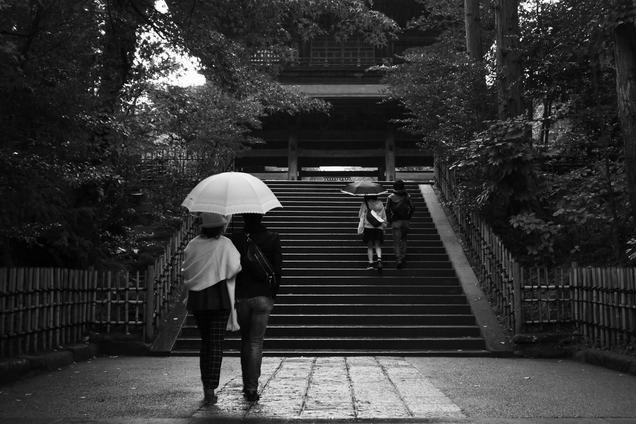 16.12.01_小雨の古刹と男と女_ニシウミタケシ