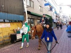 商店街に馬が登場!