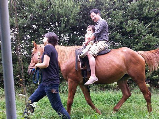 バーベキュー場で乗馬体験