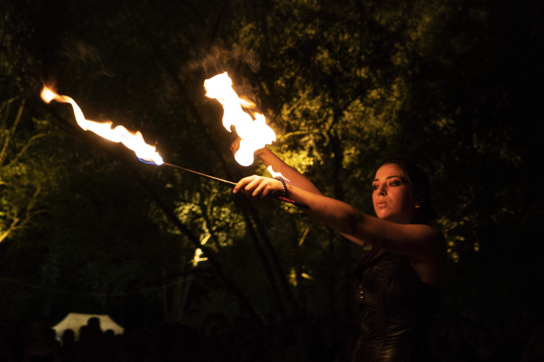 strie fire show - mangiafuoco