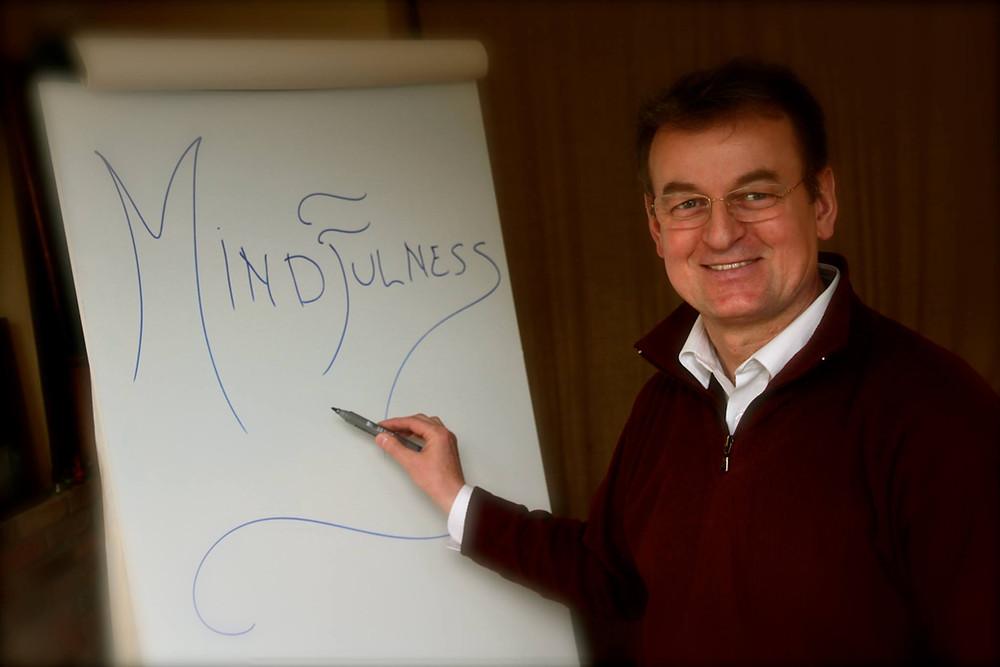 Il prof. Renato Mazzonetto docente Mindfulness durante il corso delle ASO al Centro Andriolo