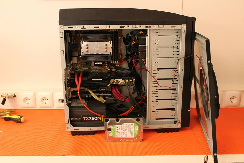 Assemblagem de 2 discos SSD em RAID para o sistema operativo e mais 3 discos 2TB