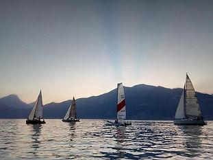 tramonto in barca a vela regata notturna lago di garda brenzone