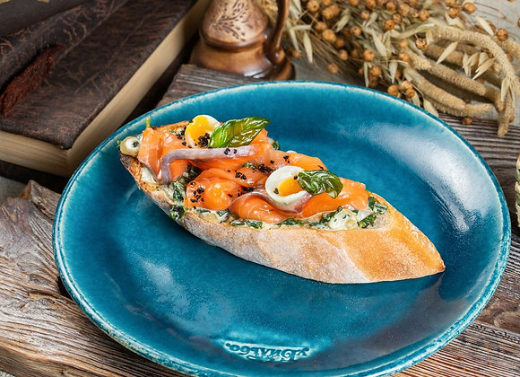 Брускетта с лососем, шпинатом и перепиным яйцом 120гр
