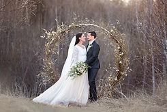 Bröllopsfoto i Umeå med blomsterbåge
