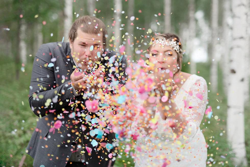 Bröllopsfotografering med konfetti