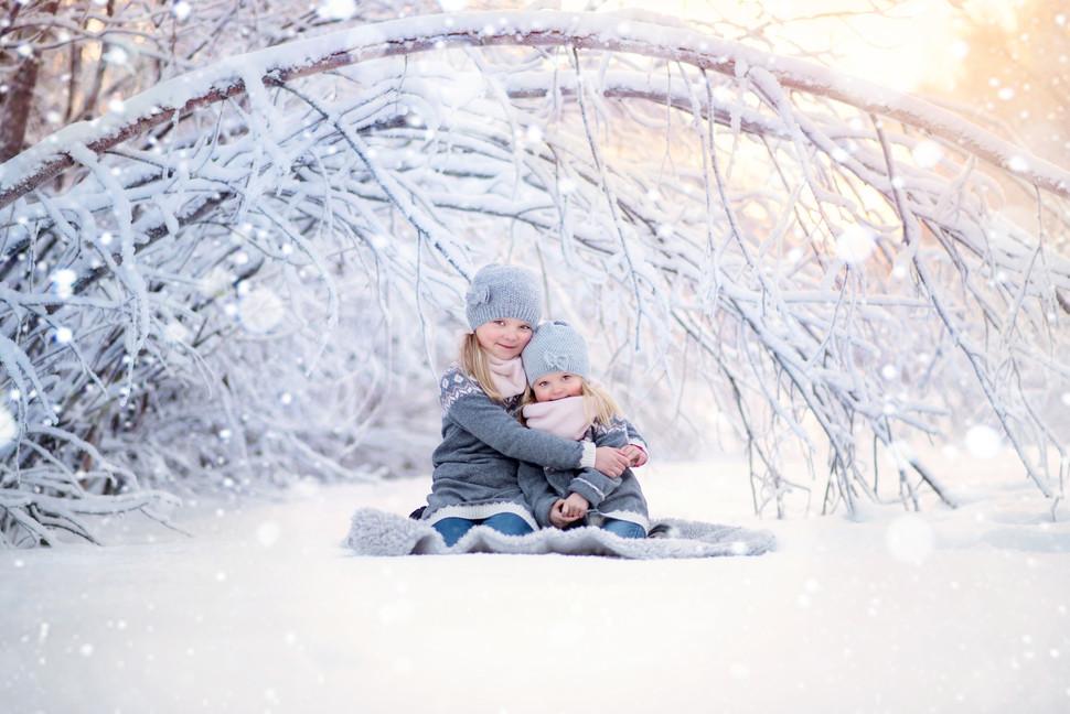 Syskonfotografering i magisk vinterlandskap