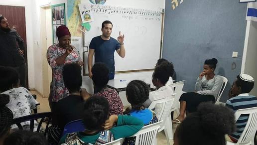 יצחק טולדנו בהרצאה לתלמידים