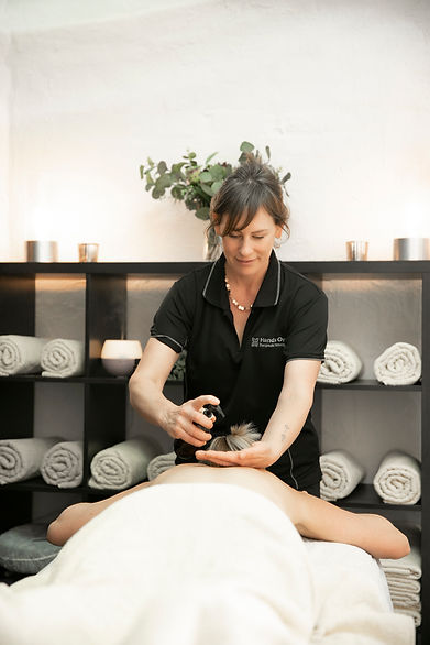 Lauren from Hands on Therapeutic Massage in Bencubbin giving a massage to a client