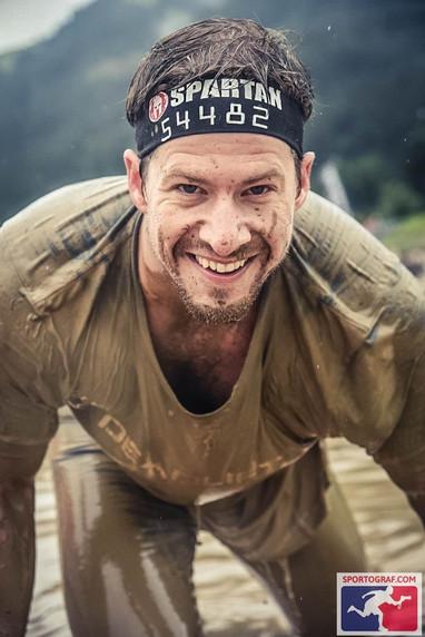 Arooooo! This is Sparta… Um zu kontrollieren ob das viele Training auch Wirkung zeigt, messe ich mich ein paar Mal im Jahr mit vielen anderen Hobbyspartanern in einem Hindernisrennen, welches uns über 5, 12 oder 20km und 20-25 Hindernisse körperlich und manchmal auch psychisch alles abverlangt. Es ist anstrengend, es ist schmerzhaft, es ist schmutzig, es ist herrlich.