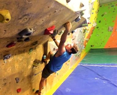 Bouldern habe ich erst vor kurzem für mich entdeckt und schnell eine große Leidenschaft entwickelt. Sobald ich die Boulderhalle betrete, befinde ich mich in einer Art Tunnel, es gibt nur noch mich und die Wand, die bezwungen werden möchte. Das planen der Route ist wie meditieren für mich, die anschließende Anstrengung und die Freude über das Erreichen des Tops machen Bouldern zu einer meiner Lieblingsaktivitäten.