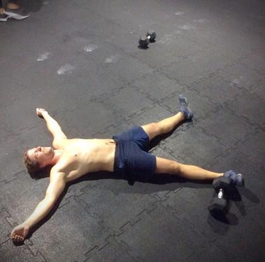 Beim Crossfit finde ich die Möglichkeit, meinen zeitweise echt übermäßigen Bewegungsdrang etwas zu beruhigen. In einer Kombination aus Training für Kraft, Ausdauer, Beweglichkeit, Koordination und Körperbeherrschung gehe ich bei diesem Sport mehrmals die Woche bis an meine körperlichen Grenzen. Klingt schlimm? Ist es am Anfang auch, aber die Motivation vom Training in der Gruppe (wir leiden alle gleich schlimm) und das ständig wechselnde Programm machen nach den ersten Fortschritten Spass und in meinem Fall auch süchtig.