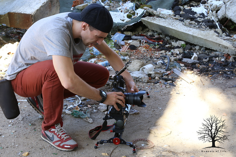видеограф Дмитрий Толченов, не обращает на мусор на  съемочной площадке