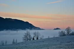 W0251 Nebelmorgen Pfronten-Meilingen Blick auf Kirche.jpg