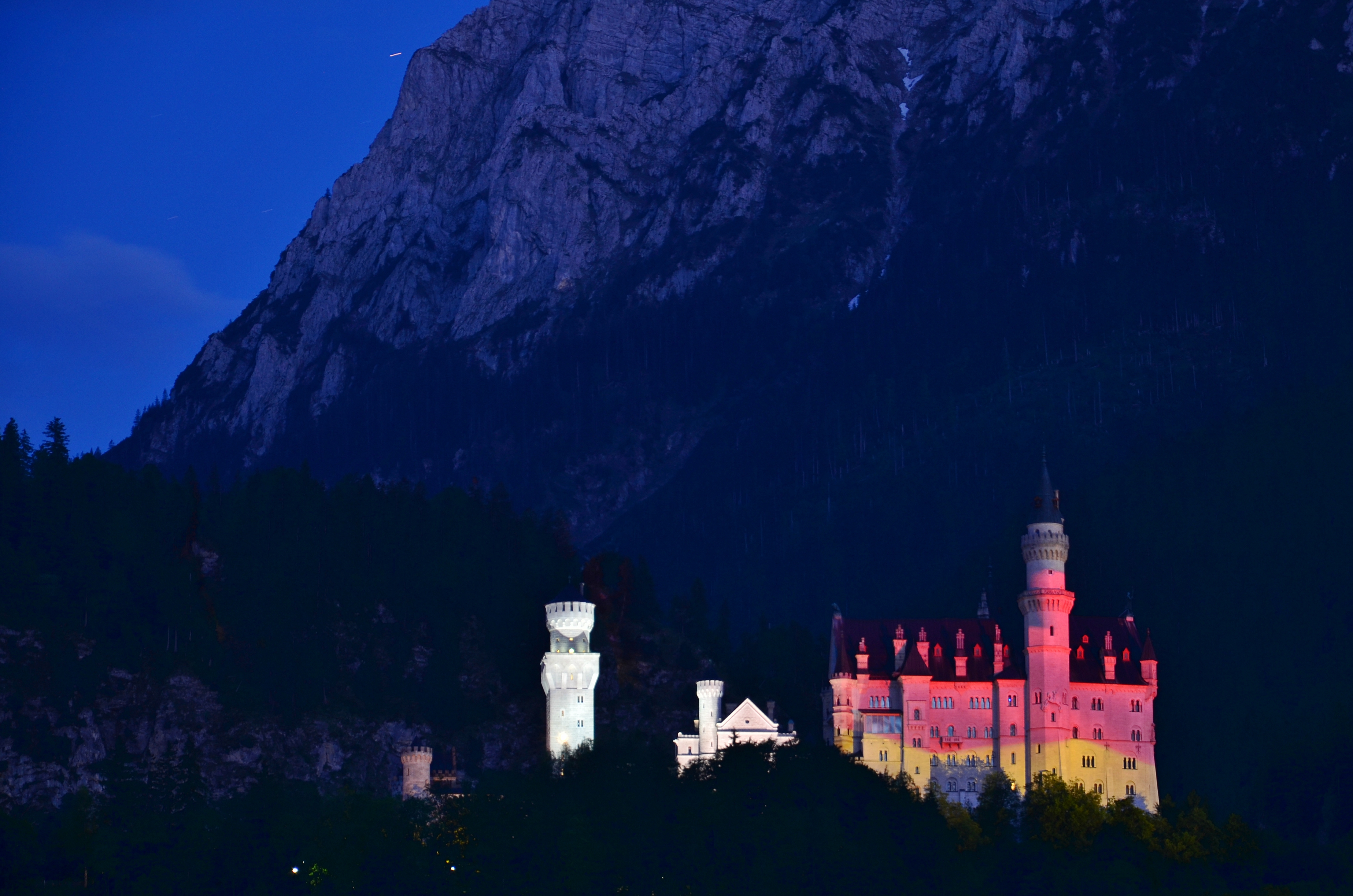 B0064 Schloss Neuschwanstein G7 Gipfelfarben DE Flagge.jpg
