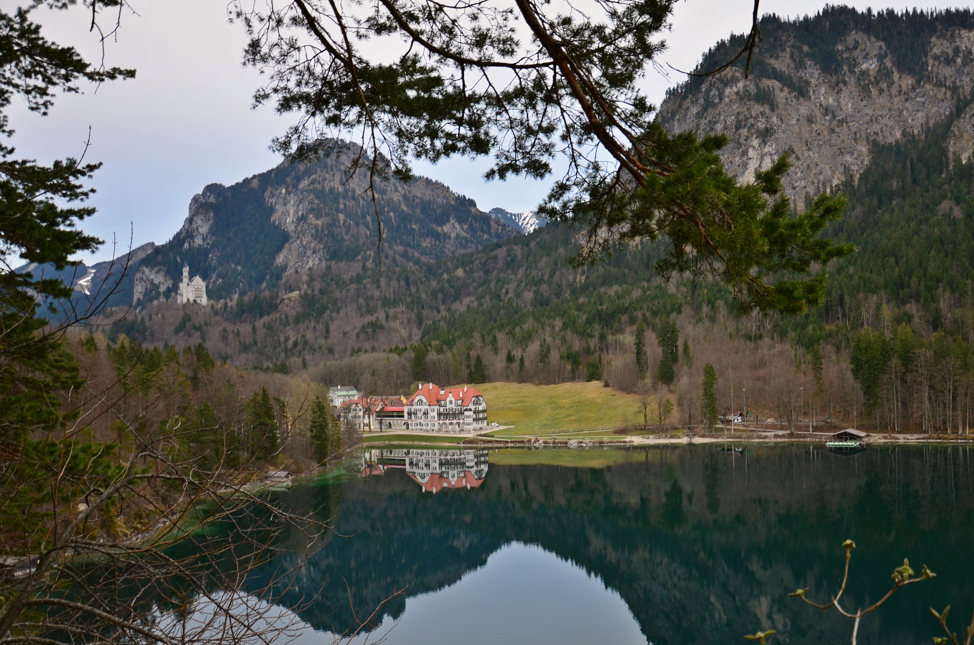 G0133 Hotel Alpsee Spiegelung.jpg