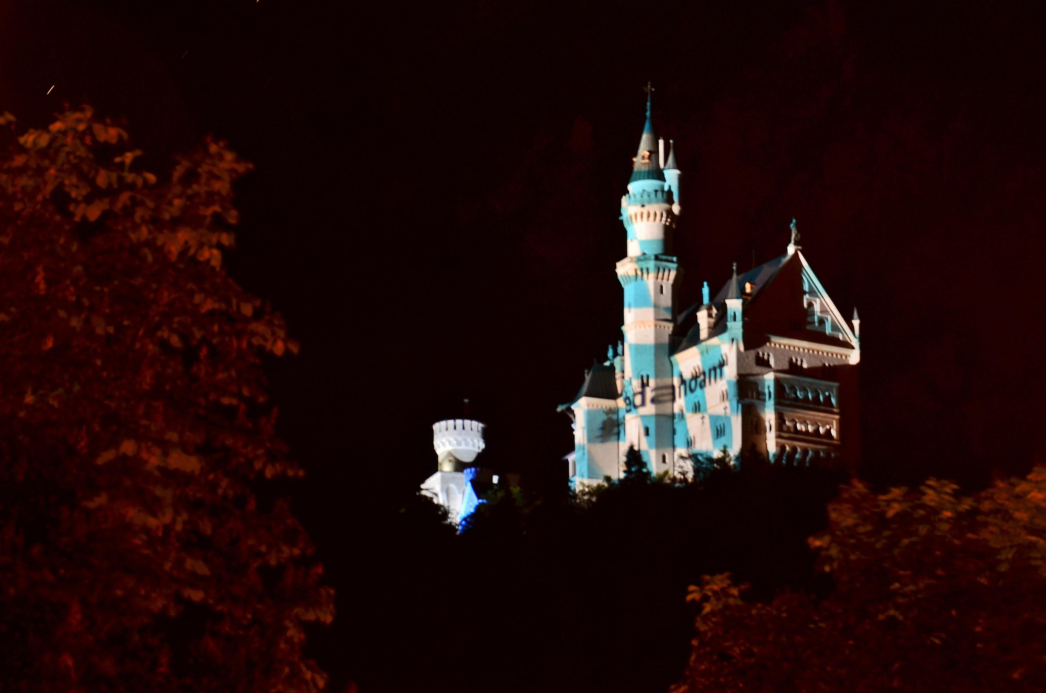 B0056 Schloss Neuschwanstein G7 Gipfelfarben bayr.Flagge m. Werbung.jpg