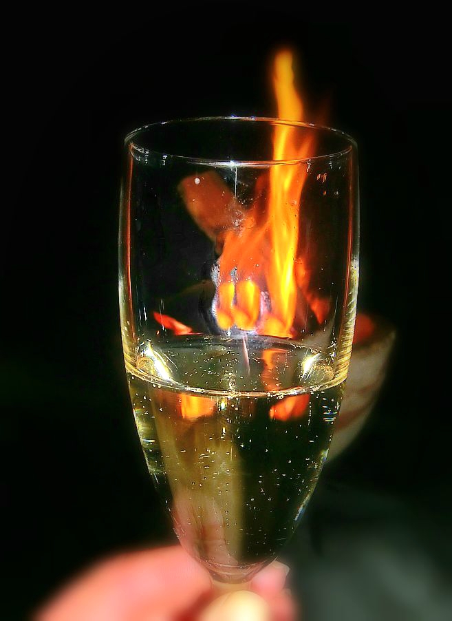 O0021 Sektglas mit Feuer.jpg