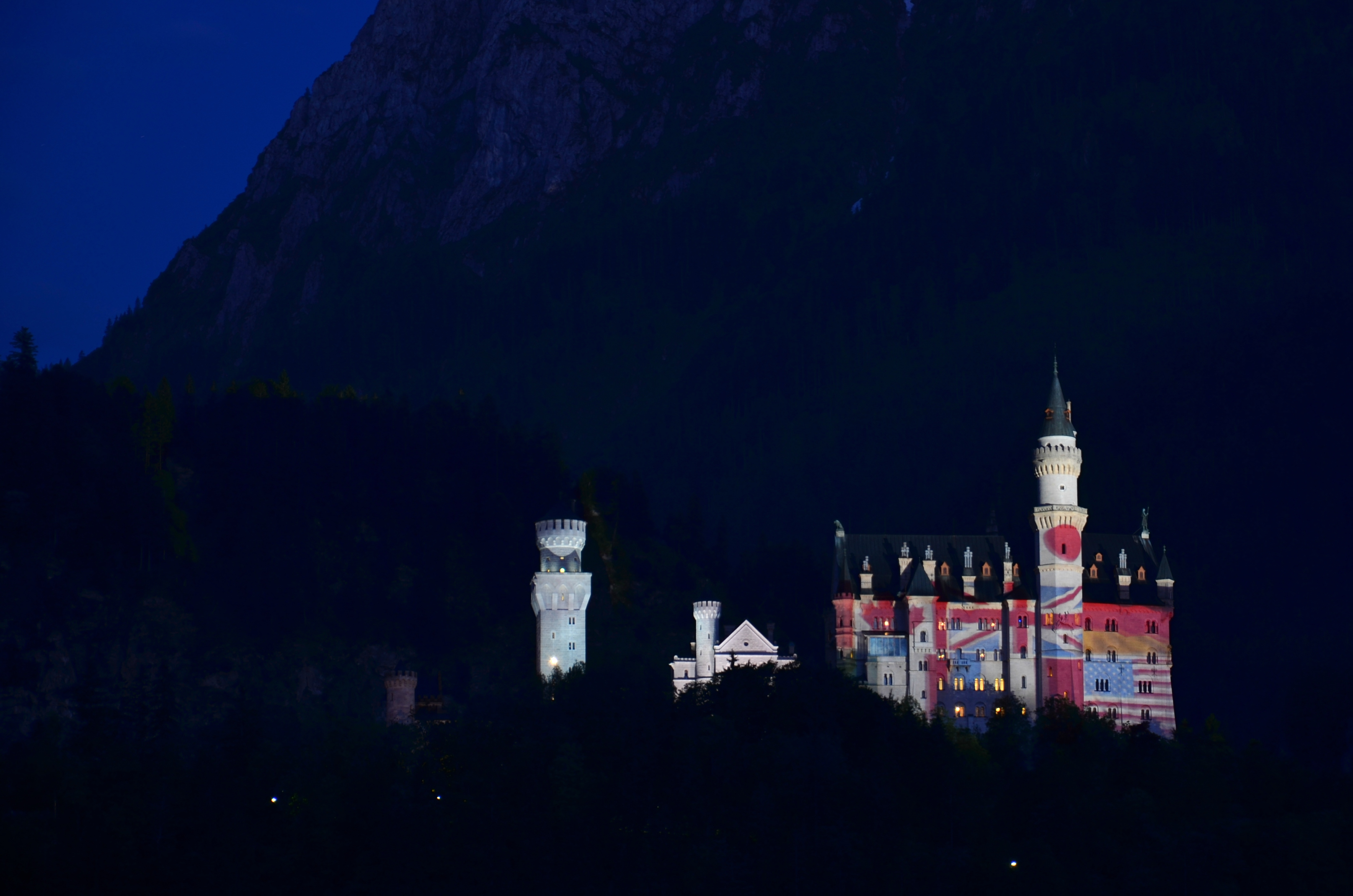 B0066 Schloss Neuschwanstein G7 Gipfelfarben viele Flaggen.jpg