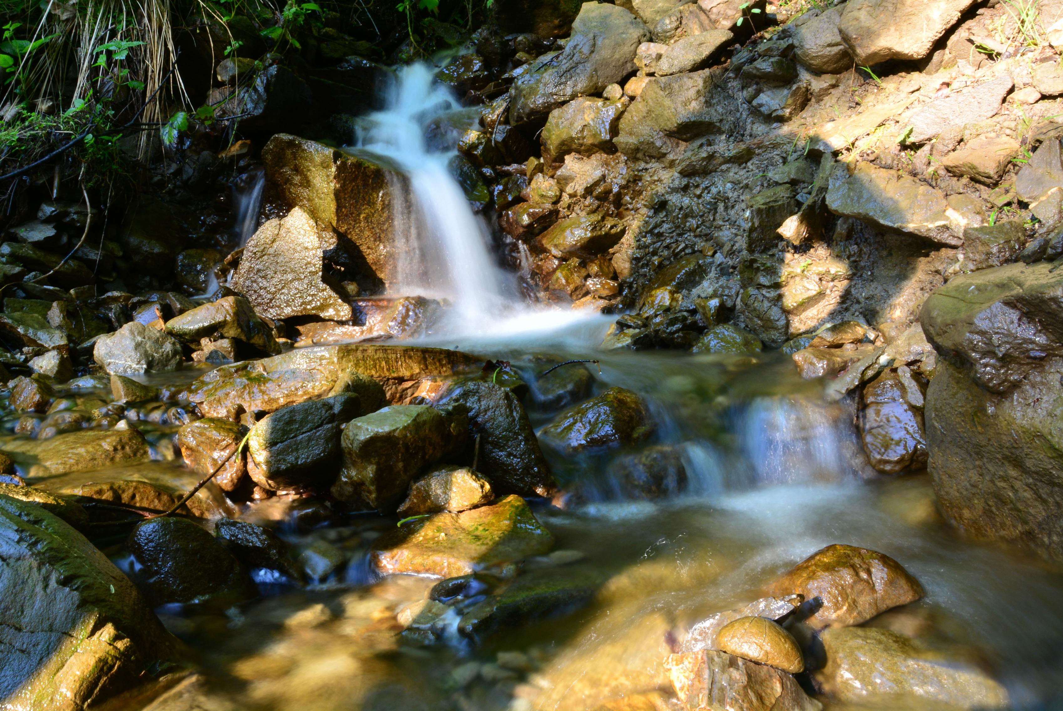 G0285 Wasserlauf am Edelsberg mit Schattenfigur.jpg