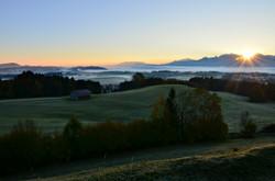 H0097_Nebelmorgen_in_Oberdeusch_Blick_aus_Füssener_Land.jpg