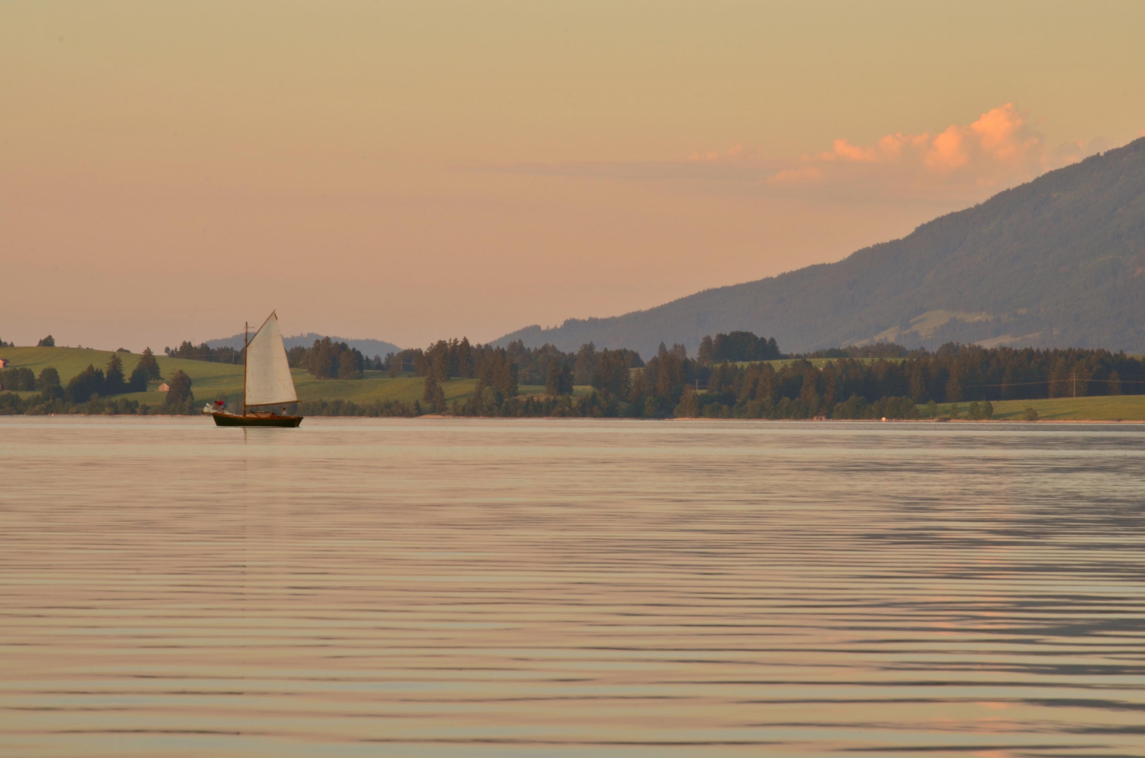 G0191 Segelboot auf dem Forggensee Abendrot.jpg