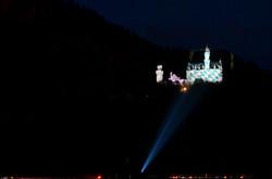 B0063 Schloss Neuschwanstein G7 Gipfelfarben bayrische Flagge.jpg