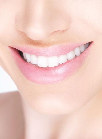 白い歯の女性e8cube