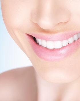 Femminile sorriso a trentadue denti bian