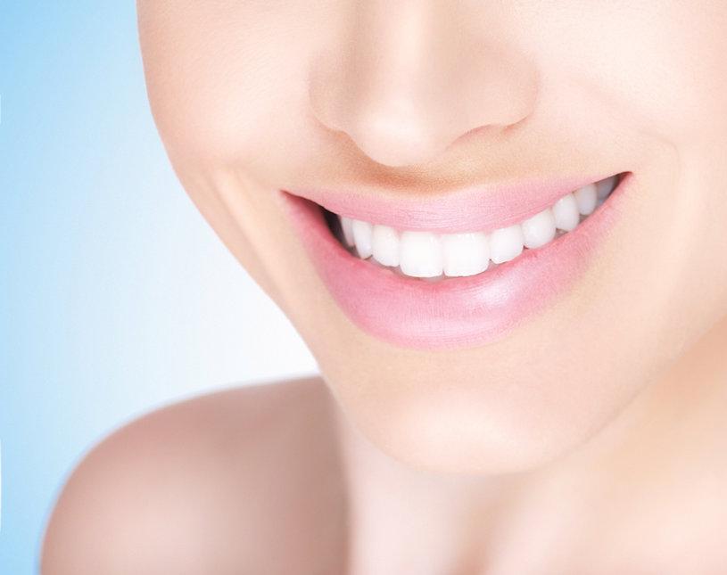 Samica białego zębaty uśmiech