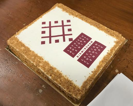 Pārsteiguma dāvana no Birmingemas Latviešu kora - Torte ar Latviešu Kultūras centra logo. 04/05/2019.