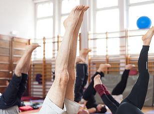 el soporte del hombro en la clase de yog