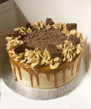 Salted caramel drip cake 😍 with crumble