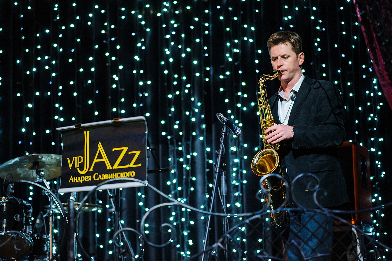 saksofonist-na-prazdnik