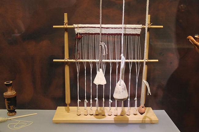 2560px-Ancient_Greece_Weaving_Loom_&_Wei