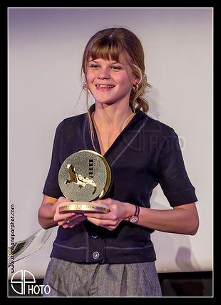 """Céleste Brunnquell, recevant la salamandre d'or du festival de Sarlat, récompensant la meilleure actrice (pour le film """"les éblouis"""" de Sarah Suco"""