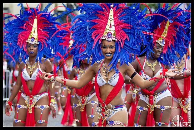 Carnaval Tropical Paris, champs élysées, antilles, bleu blanc rouge, sourire, fête, défilé, costumes