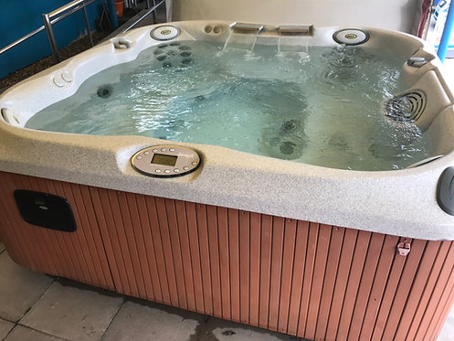 Preowned Jacuzzi J375 Hot Tub